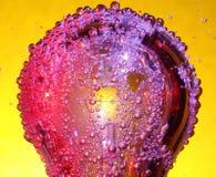 起泡五颜六色的电灯泡 免版税库存图片