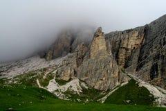 在多雨和多云天气的山 免版税库存图片