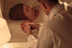 Сотрудник военно-медицинской службы во время ночной смены Стоковая Фотография