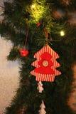 在减速火箭的样式的圣诞节和新年装饰装饰玩具圣诞树 库存图片