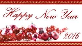 问候与红色球和装饰的圣诞卡在减速火箭的被隔绝的葡萄酒白色桌上 库存图片