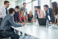 Успешные корпоративные люди имея деловую встречу Стоковое фото RF