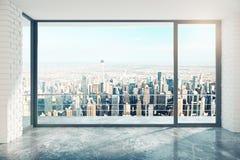 有大窗口的空的顶楼室在地板和城市视图 图库摄影