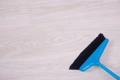 清洁概念-接近蓝色笤帚详尽的地板 免版税库存图片