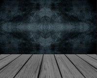 有黑无缝的样式皮革墙壁背景纹理的空的木透视平台在葡萄酒样式室内部 库存照片