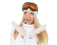 冬天温暖的衣裳和滑雪玻璃的少妇 图库摄影