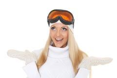 冬天温暖的衣裳和滑雪玻璃的少妇 库存图片