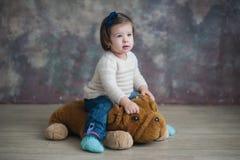 一个美丽的小女孩的画象在冬天穿衣,婴孩,生活方式,童年,喜悦 免版税库存照片