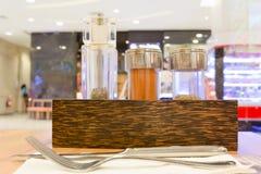 Μπουκάλια καρυκευμάτων στο ξύλινο κιβώτιο Στοκ εικόνες με δικαίωμα ελεύθερης χρήσης