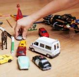 在家演奏在地板上的孩子玩具,少许 库存图片