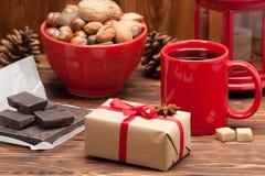杯子茶或咖啡 加香料甜点 螺母 免版税库存图片