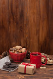 杯子茶或咖啡 加香料甜点 螺母 库存图片
