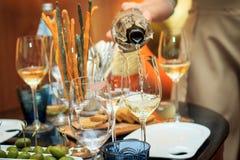 倒白葡萄酒的过程 盲目品尝 库存图片