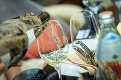 倒白葡萄酒的过程 盲目品尝 免版税图库摄影