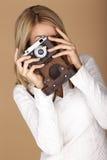 拍摄照片的美丽的白肤金发的妇女 免版税图库摄影