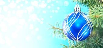 蓝色圣诞节球和绿色树在发光的背景与拷贝 图库摄影