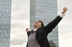愉快的赢利地区生意人尖叫从喜悦 免版税库存图片