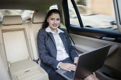 工作在汽车的印地安女实业家 免版税图库摄影
