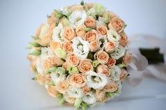 在白色的婚礼花束 库存图片