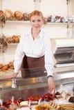 专业面包店工作者是服务 免版税图库摄影