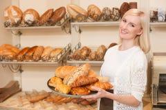 美丽的年轻女推销员在面包店工作 库存照片