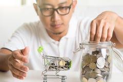 Азиатские мужские деньги сбережений Стоковое Изображение