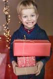 可爱的孩子画象与礼物盒的 圣诞节 生日 免版税图库摄影