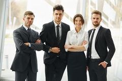企业咖啡夫人人扩音机小组 连续站立在办公室的愉快的微笑的人民 库存图片