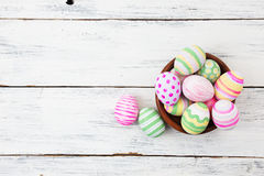 在白色木头的淡色绘的复活节彩蛋 免版税图库摄影