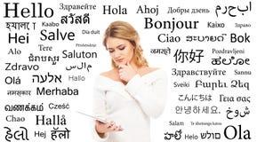 十几岁的女孩研究不同的世界语 库存照片
