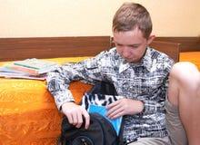 αγόρι που παίρνει το έτοιμο σχολείο Στοκ Φωτογραφίες