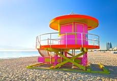 日出在有一个五颜六色的桃红色救生员房子的迈阿密海滩佛罗里达, 库存照片