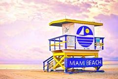 日出在有一个五颜六色的救生员房子的迈阿密海滩佛罗里达, 免版税图库摄影