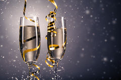 对杯香槟 背景庆祝香槟金黄主题 库存照片
