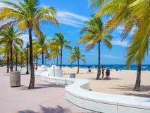 享用海滩的人们在劳德代尔堡在佛罗里达 免版税库存照片