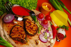 Ψημένο στη σχάρα κρέας στον τέμνοντα πίνακα Στοκ Εικόνες