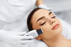 прикладывать политуру кожи внимательности прозрачную Шелушение кавитации ультразвука лицевое Очищать кожи Стоковое Фото