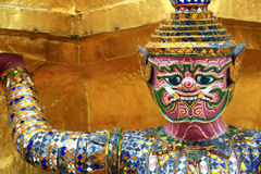 大雕象(泰国金黄邪魔战士)在寺庙 免版税图库摄影
