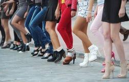 在脚跟跑的女孩中的竞争 免版税库存图片