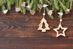 与星和圣诞树的圣诞节木背景 新年度 复制空间 免版税库存照片