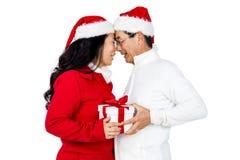 交换礼物的欢乐资深夫妇 免版税图库摄影