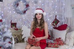 帽子的圣诞老人可爱的少妇 免版税库存图片