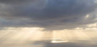 在大西洋的多云日出 免版税库存照片