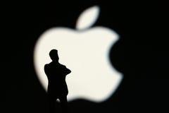 与人的苹果计算机标志 库存照片