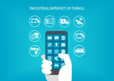 Βιομηχανικό Διαδίκτυο της έννοιας πραγμάτων Χέρι που κρατά τη σύγχρονη κινητή συσκευή όπως το έξυπνο τηλέφωνο Στοκ Φωτογραφία