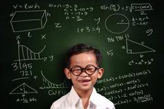 小的亚洲学生男孩算术天才 免版税库存图片