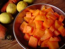 夏天素食番木瓜沙拉 免版税库存照片
