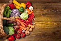 木表面上的新鲜蔬菜 图库摄影