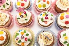 可口装饰的杯形蛋糕和五颜六色 免版税图库摄影