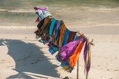 在海滩销售的各种各样的织品 免版税库存照片